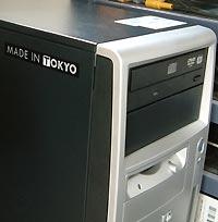 しっかりとラベルまで貼ってある HP Compaq の PC 。