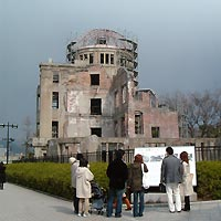 改修中の原爆ドーム