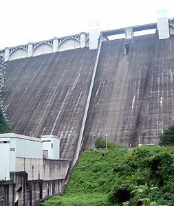 浦山ダムを見上げる