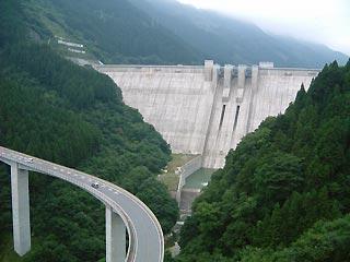 滝沢ダムをループ橋頂上から