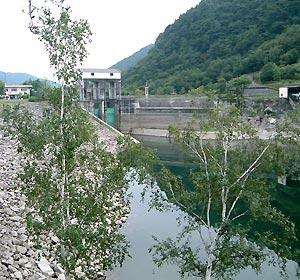 湖側から広瀬ダム