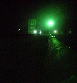 真っ暗ですが小河内ダムの堤頂部