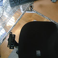 肘掛けのクッションを外した椅子と机